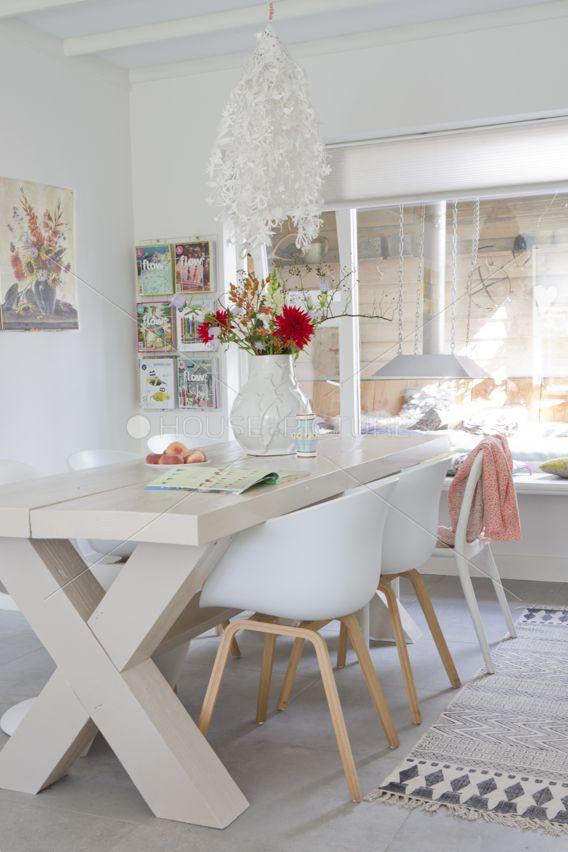 De woonkamer met een tafel van Douglas-hout.nl stoelen van HAY en kleed van House Doctor.