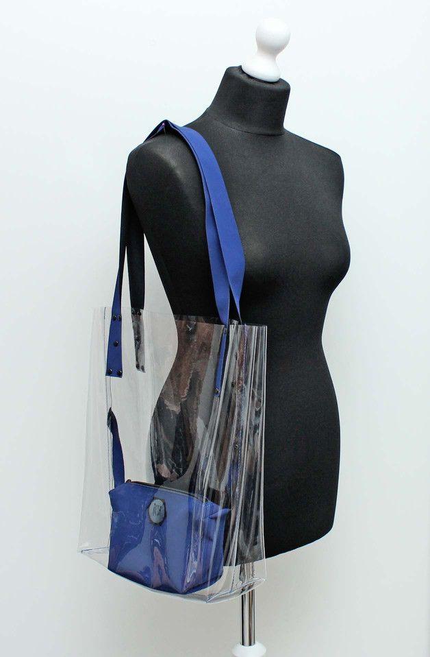 Transparentna torba na ramię wykonana z przeźroczystej folii. Dla osób które nie mają nic do ukrycia :) gdyby jednak miały, to w środku znajduje się mała kosmetyczka, w której można schować...
