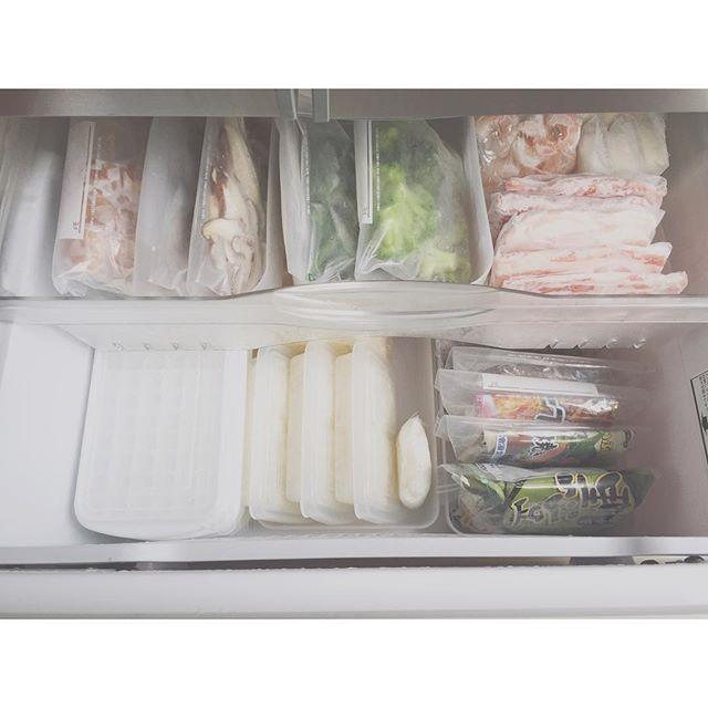 Instagram media by sonora_1112 - 2015.7.6 冷蔵庫に続き、冷凍庫収納。 記録用です。 . . ご飯はダイソーの1膳分を 入れれるタッパーに。 ラップで包むより 少し場所をとるけど、 そのままチンできて 1人の時は、タッパーのまま 食べたりもできるし(笑) . . わたしは細かくし過ぎると いつしか面倒なって 結局ぐちゃぐちゃに なってしまうから、 サッと出せて、 サッとしまえる、 そして、続けられる収納を 目指していきたいです!