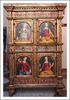 Mobile antico interamente decorato con stucchi e modanature dorate