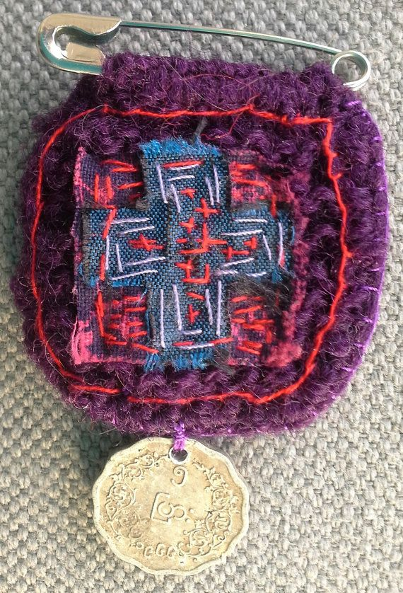 Broche textile/Porte bonheur. Bleu/Violet par VeronikB sur Etsy