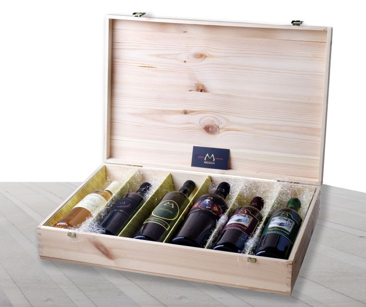 Prestigiosa confezione in legno (da quattro o sei bottiglie) con cerniere e chiusure dorate. Possibilità di comporla scegliendo tra la varietà dei nostri prodotti in base ai gusti e alle esigenze.
