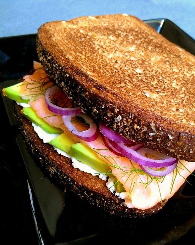 Sanduíche de salmão defumado com abacate
