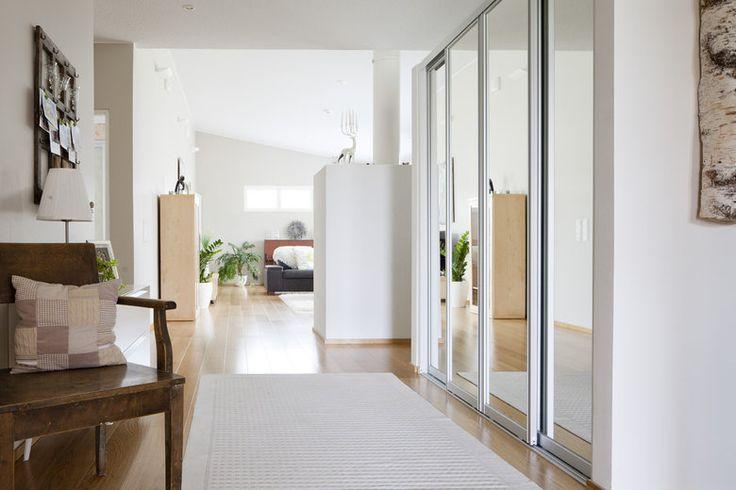Lämminsävyinen eteinen kutsuu sisään taloon, lisää ideoita www.lammi-kivitalot.fi