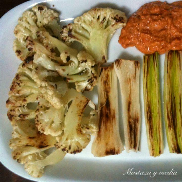 Coliflor y puerros a la plancha con salsa romesco ligera