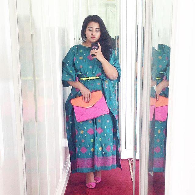 We love how @uchiet looks, pairing this beautiful songket kaftan by @larissaduliar with pinky clutch and shoes.  #BusanaNusantaraku #wearkainnusantara #fashion #style #styleinspiration #madeinindonesia #batik #tenun #songket