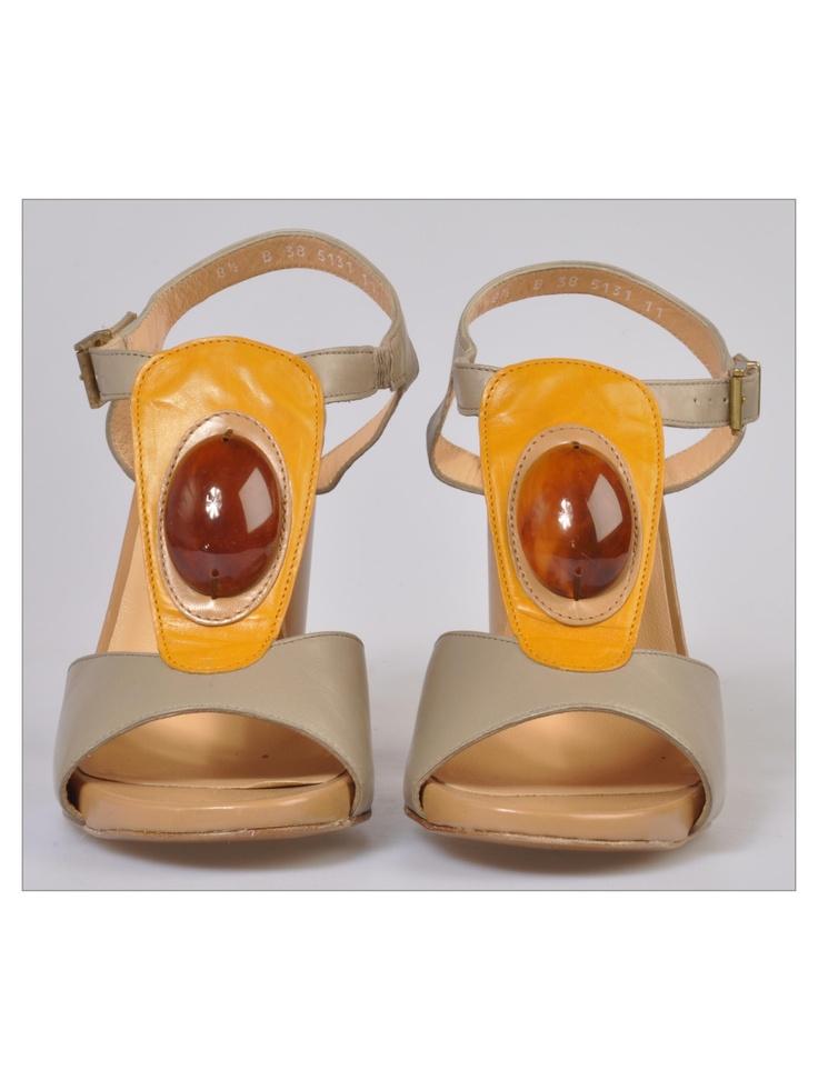 Clergerie - Sandali in pelle con applicazione in plastica ovale color ambra: occasione!  http://www.fourstrokegroup.com/s/sandali-in-pelle/2757