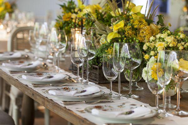 forward mesa de doces com arranjos de flores amarelas casamento
