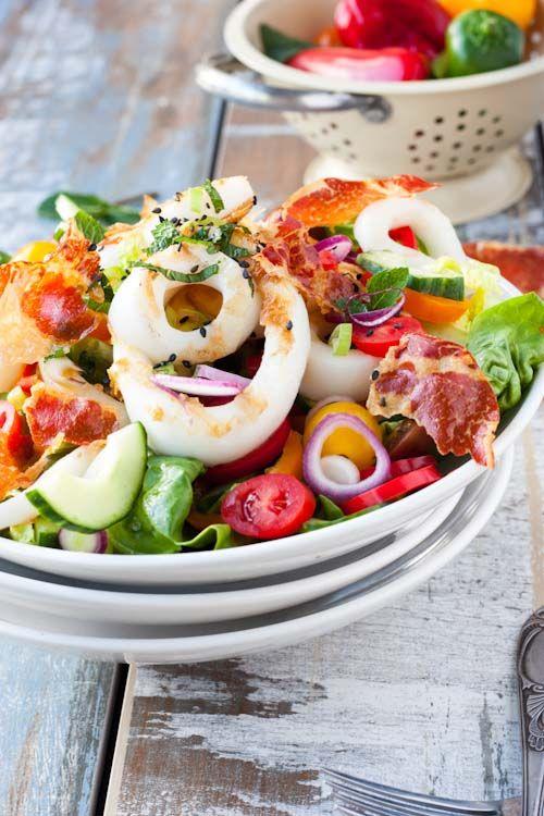 Salade Terre/Mer (Encornets Grillés, Chips de Coppa & Vinaigrette au Sésame Noir)