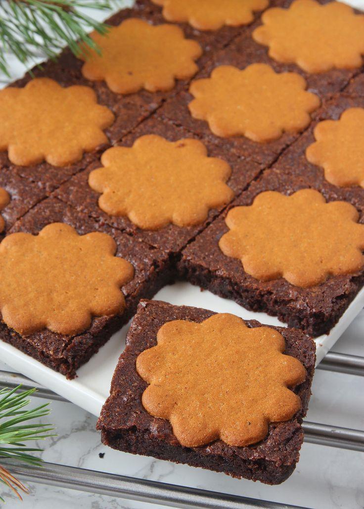 Läckra, goda, lättbakade chokladbrownies med pepparkakor på toppen. Ljuvligt goda med en klick grädde eller som de är till en kopp kaffe.