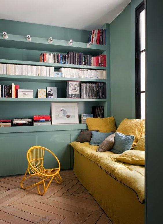 j'adore la bibliothèque sur toute la longueur du mur et le choix des couleurs: