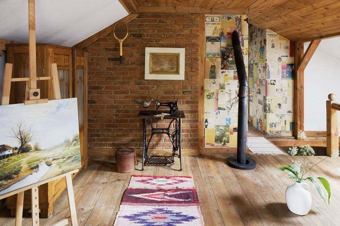 Stara maszyna do szycia, gazety na ściane, paletka to badmintona, retro dekoracje. Fot. Marcin Grabowiecki   #retro #maszyna #gazety #vintage #dekoracje #obrazy #ramy #tapety #wnętrza #dom