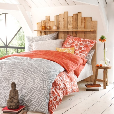 Feinste Sommer- #Bettwäsche, bedruckt mit ostasiatisch inspirierter Ornamentik. Ganz dezent, in feurigem Rot oder in sonnigem Orange - in den seidenglatten Laken lässt es sich herrlich von fernen Ländern träumen.