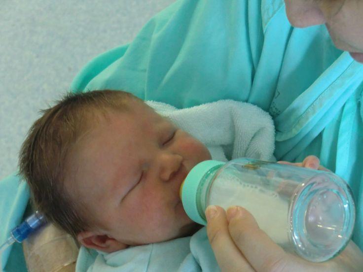 Hranind bebelusii cu portmoneul in mana. Când am vrut să renunț la alăptare, Minu avea două luni. Eu aveam un sân cu puroi, dar mai ales o depresie urâtă. Îmi ziceam că asta e, și alții au crescut cu lapte praf. O cutie de lapte. Un biberon. Fierbi apa. Pui laptele, agiți. Simplu, nu? Așa pare, deși acum nu mă văd …