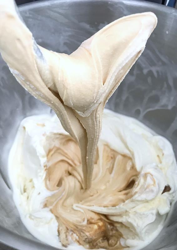 Uansett hva du har i denne iskaken, blir den garantert god! Oppskrift på iskake med hasselnøtter, sjokolade og en overraskende ingrediens: Hapå!
