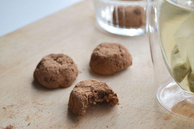 Jum! Deze cacao truffels met gepofte quinoa zijn lekker zacht, licht crunchy en zoet. De cacao geeft je een echte oppepper. Goed suikervrij snoepen dus!