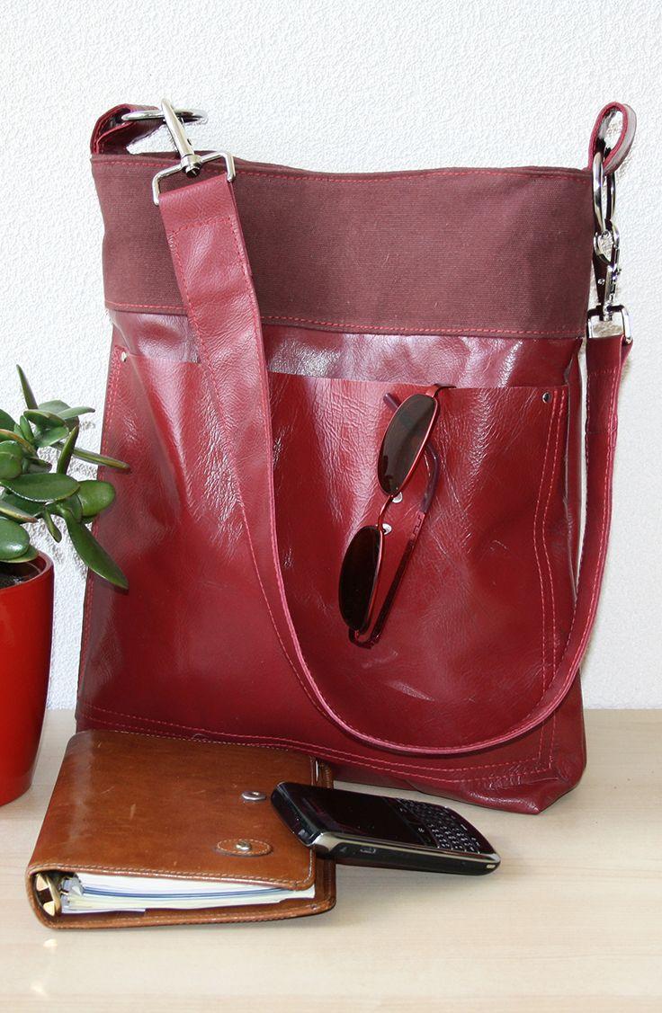 Rode leren damestas. Van bank naar tas. Vroeger een bankstel nu een handgemaakte rode leren tas. OOAK, een uniek exemplaar.