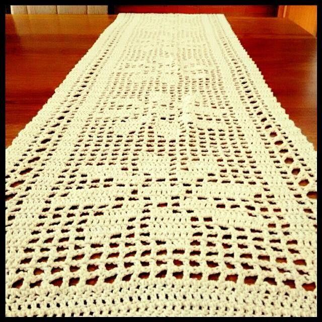 Trilho/Caminho de mesa em barbante cru, 1,45 x 0,36 cm <br>{disponível} <br> <br>{Peças em tom cru sempre são atuais e decoram com bom gosto!}