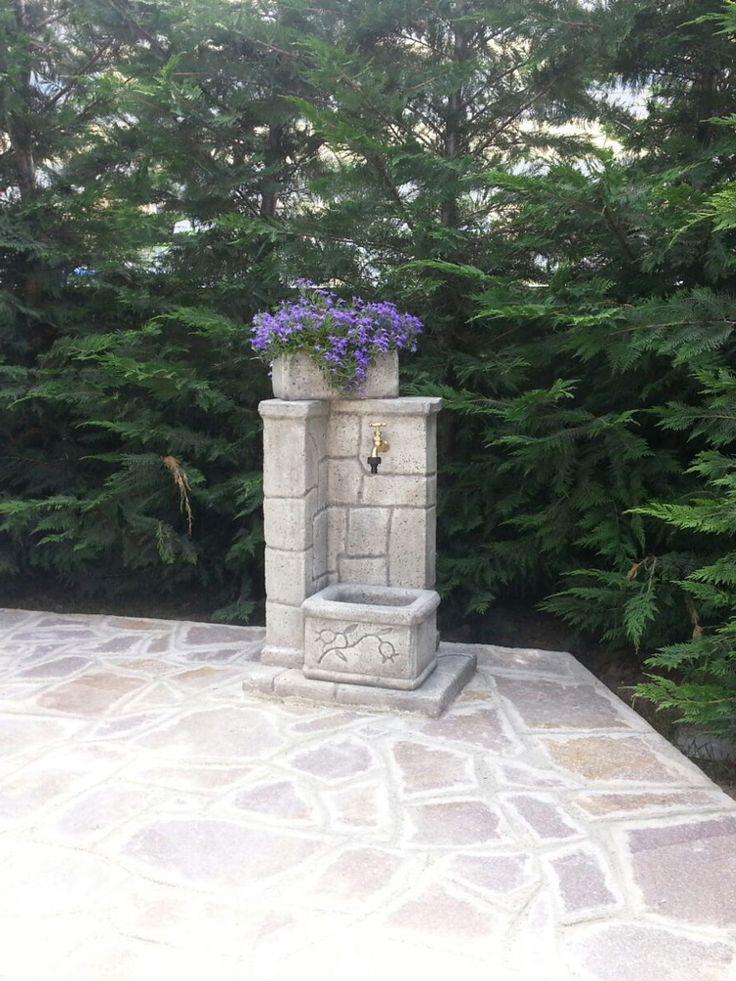 Fontana da giardino in finta roccia modello: Fonte antica, finitura: antichizzato. Località: Arcola (La Spezia).