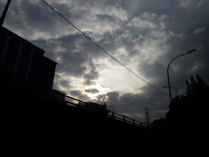 Matahari pagi tertutup awan tebal, cahayapun berpendar #rabu26juli2017