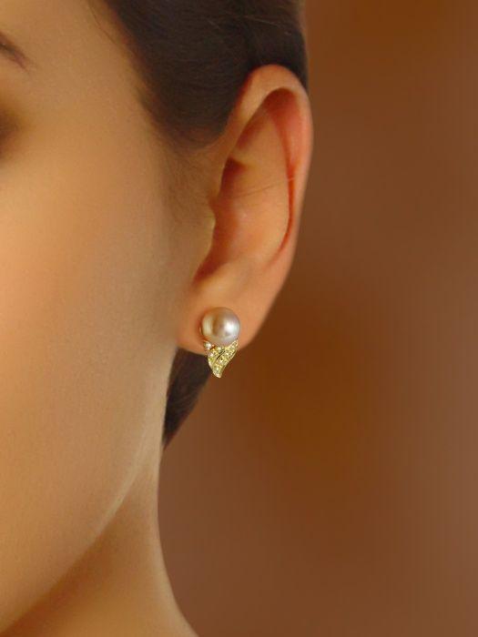 Kolczyki z różowymi perłami i diamentami w kształcie skrzydeł. - prezentacja na uchu. #perły #pearls #kolczyki #earrings #perła #pearl #biżuteria #jewellery #diamonds #freshwater #diamenty #złoto #gold #sztyfty