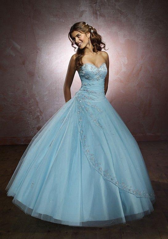 Pesci:  un abito molto romantico ma in un colore molto speciale, come quello dell'acqua marina!
