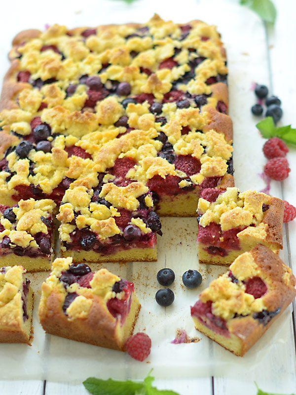 Ciasto ucierane z borówkami i malinami i maślaną kruszonką - błyskawiczne :)