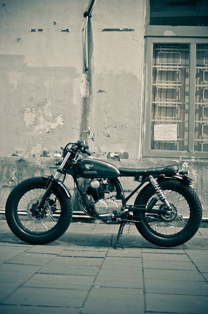 A 100cc modified Honda CB 100. Honda GL PRO swing arm for the rear Yamaha Scorpio at the front. Thanks to @ЭХО студия