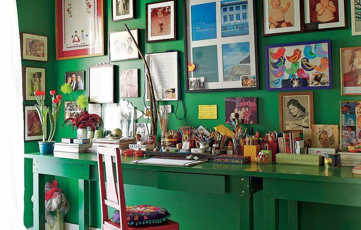Mais um galho na casa de Thiago Bastos. Aqui, ele foi mantido com a aparência original e decora a mesa do escritório em uma lata reaproveitada