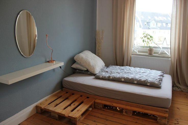 Dieses schicke DIY-Bett besitzt einen angebauten großen Nachttisch! Wunderschön und praktisch! #ideen #diy #selberbauen #bett #günstig #paletten