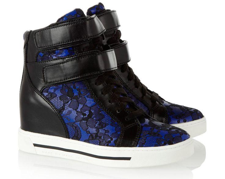 Inspiración sporty: los sneakers más chic para un look urbano Sneaker wedges con panel de encaje en fondo azul, de Marc by Marc Jacobs.