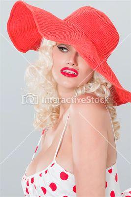 Czerwone usta a do nich dodatki.  #grochy #sukienka #kapelusz #szminka #blond #pinup