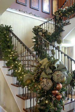 Love the draped garland..Nature Combinations, Christmas Railing, Christmas Banister Ideas, Christmas Banister Decorations, Beautiful Garlands, Christmas Stairs Decorations, Christmas Decor, Christmas Garlands, Christmas Staircase