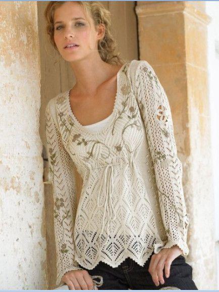 Очаровательная белая туника  ажурная, связанная спицами с вышивкой. Фотография и детализированные схемы вязания.