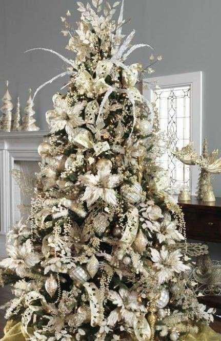 Grande albero con addobbi bianchi - Albero di Natale con gigli e altri decori bianchi