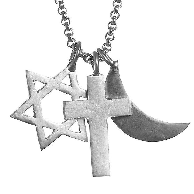 Tolerancekæden er en sand klassisker fra JEWLSCPH - vores første statementkæde, der forener den jødiske davidsstjerne, det kristne korts, samt den muslimske halvmåne - som et symbol på, at der skal være plads til os alle. Men også at vi ikke finder os i nogen som helst form for kvindeundertrykkelse, ej heller i religionens navn. 799 kr.