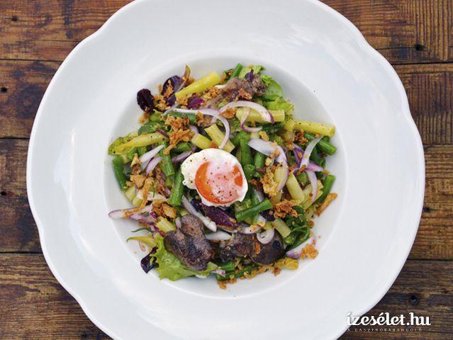 Nyári zöldbabsaláta csirkemájjal, pácolt lilahagymával és ötperces lágytojással - Receptek | Ízes Élet - Gasztronómia a mindennapokra