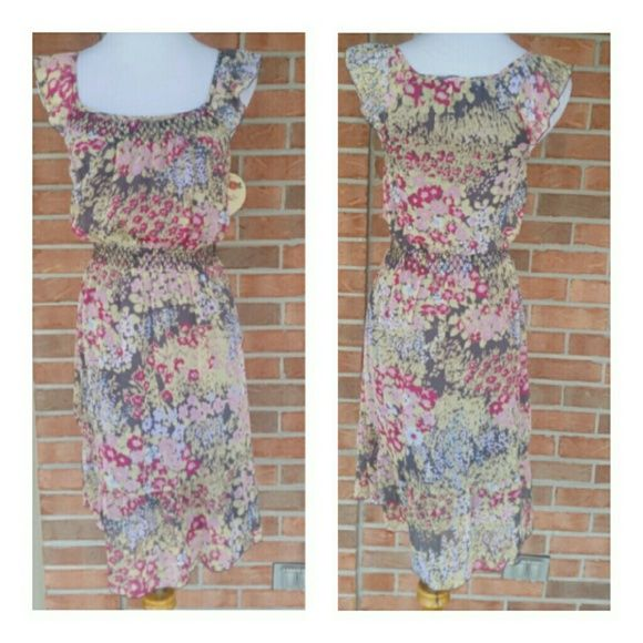 HOST PICK!! CUTE LITTLE OLD NAVY DRESS IN XS Beautiful little dress by Old Navy in XS....see pics for details ....floral print Old Navy Dresses