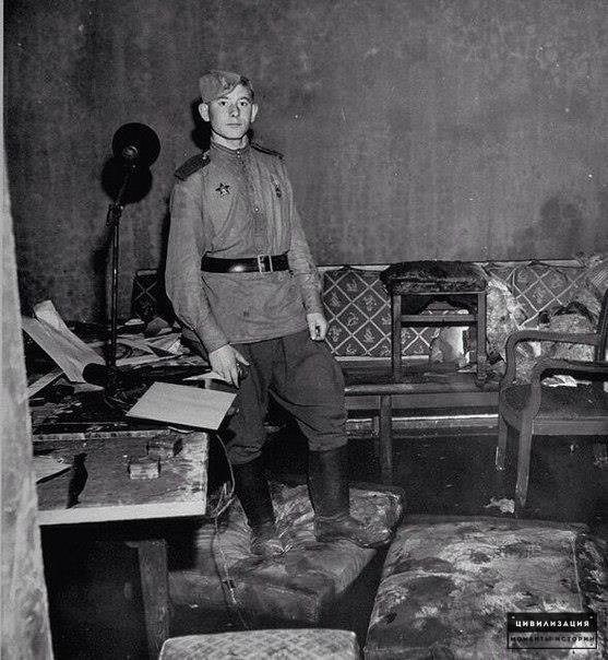 Советский солдат в бункере Гитлера, Берлин, 1945 г.