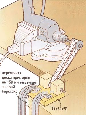 Самодельный ленточный шлифовальный станок из дрели. I can't read that language, but this looks like a homemade belt sander.
