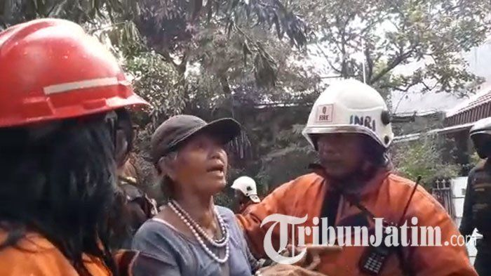 VIDEO:Lihat Kediamannya di Darmo Baru Barat Surabaya Terbakar, Suhartini Malah Nekat Mau Masuk Rumah