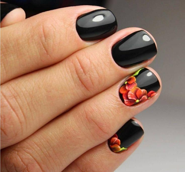 Idea unghie gel nere corte, decorazioni con disegni fiori colorati sul dito anulare e mignolo