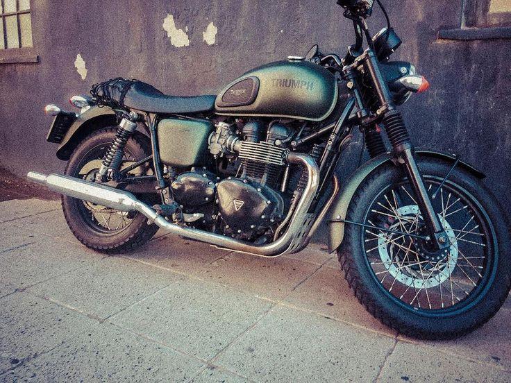 Isnt she just beautiful? Would you like one of these? . . . . . . . . . . . . #motorbike #bike #green #oldschool #vintage #triumph #classic #shotoniphone #photography #photooftheday #instagram #instaphoto #photo #iwish #christmaswish #capetownphotographer #itakephotos #gusvdw #engine