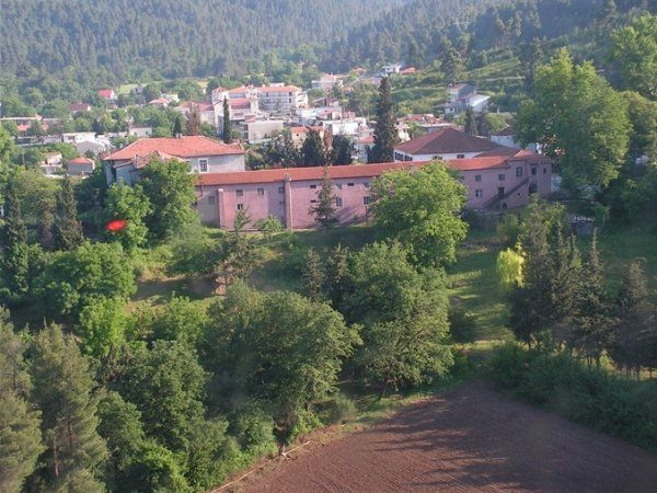 Candili. To Candili είναι ένας ξενώνας μεγάλης ιστορικής αξίας και βρίσκεται στο ελληνικό νησί της Εύβοιας. Έχει μετατραπεί σε ένα ευφάνταστο και ευέλικτο χώρο,