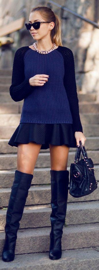 Comprar ropa de este look: https://lookastic.es/moda-mujer/looks/jersey-con-cuello-barco-falda-skater-botas-sobre-la-rodilla-bolso-de-hombre-gafas-de-sol-collar/7049 — Gafas de Sol Negras — Collar Dorado — Jersey con Cuello Barco Azul Marino — Falda Skater Acolchada Negra — Bolso de Hombre de Cuero Negro — Botas sobre la Rodilla de Cuero Negras