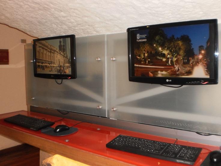 Computadores con internet, disponibles para información a turistas