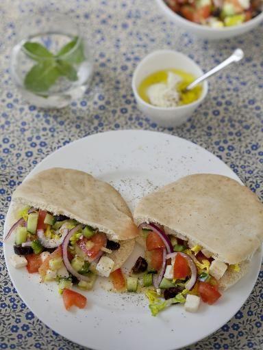 poivre, concombre, pain, origan, tomate, oignon, huile d'olive, jus de citron, ail, olives, laitue, sel, poivron, yaourt nature, sucre, feta