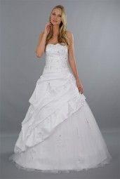 """Der Rock von Brautkleid """"Sarah"""" ist eine himmlische Kombination aus Taft & Tüll Ƹ̴Ӂ̴Ʒ Der herzförmige Ausschnitt formt der Braut ein schönes Dekolleté."""