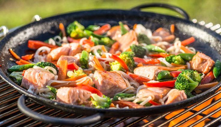 Lag wok på bålet neste gang du tar barna med på tur. Ordne alt ferdig på forhånd og ta med i bokser. Denne oppskriften er uten melk, gluten, egg, skalldyr og nøtter.
