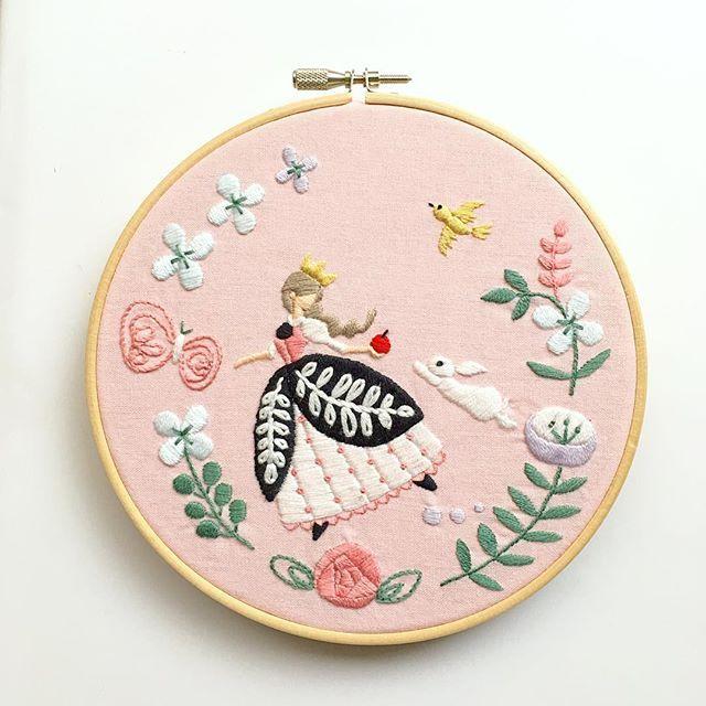 やっと出来上がりました✨ 昨日は、インスタのLiveというのをはじめてやってみました。 この作品の最後部分を刺繍するところをやったのですが、夜にも関わらずトータル750人ぐらいみに来てくださっていて、どうもありがとうございました またタイミングあえばやります。 ・ ・ #刺繍 #手刺繍 #Live #白雪姫 #embroidery #embroidered #needlework #手芸 #ステッチ #stitching #刺しゅう #暮らしを楽しむ #ハンドメイド #자수 #вышивка #broderie #ししゅう #手作り #手芸 #ハンドメイド #刺繡 #ほっこり #刺繍部 #bordado #ステッチ #embroideryart #handembroidery